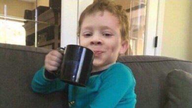صورة طفل يضحك بشماتة